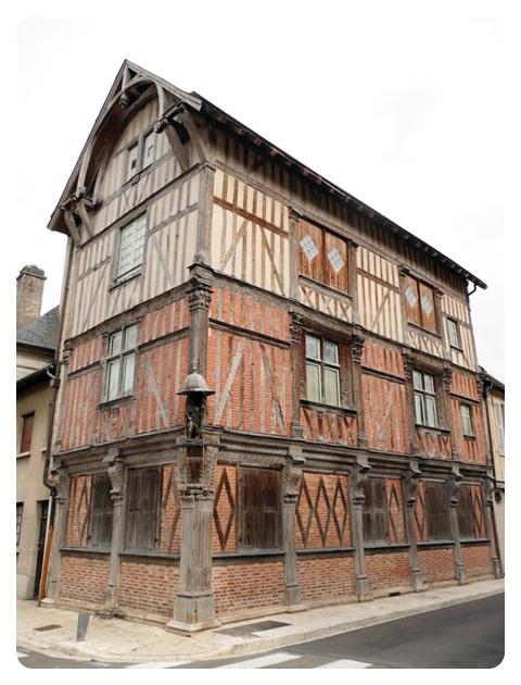 BAR-SUR-SEINE- Maison du XVIe à l'angle de la rue Victor Hugo et la rue de la République